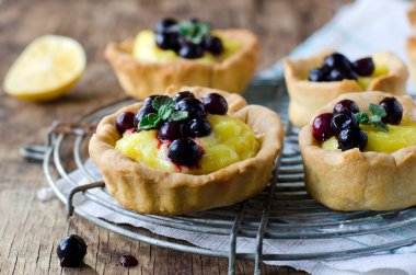 Tart with lemon cream