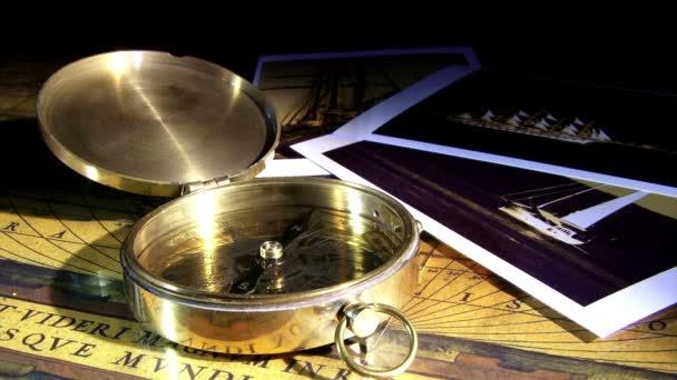 Zlatý kompas a staré fotografie