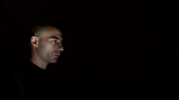 silhouette uomo e gli alieni