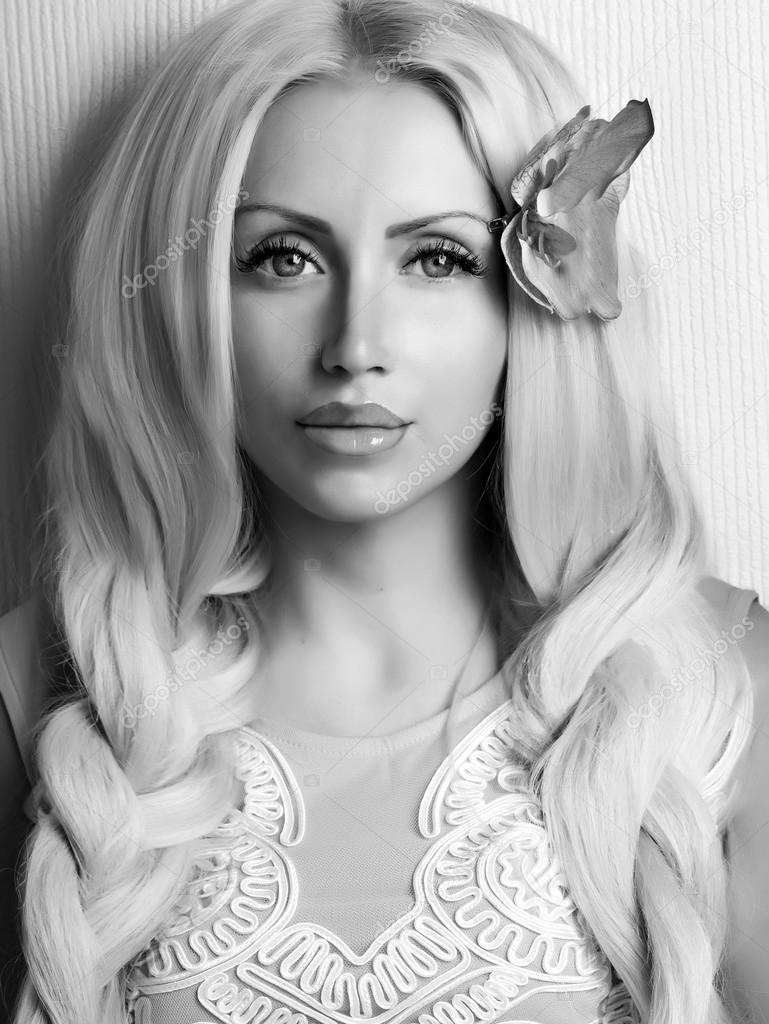 Belle jeune fille souriante avec portrait de tresses noires et blanches \u2014  Image de lilu1331