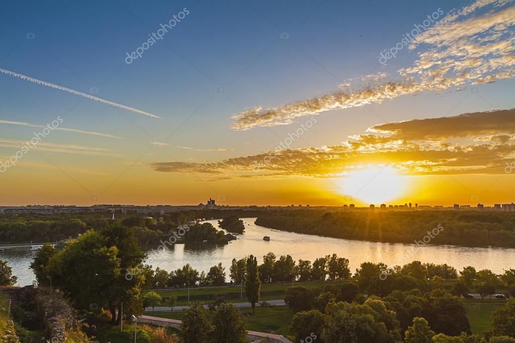 Ηλιοβασίλεμα στο Βελιγράδι, Σερβία, τηγάνι oramic προβολή — Φωτογραφία Αρχείου