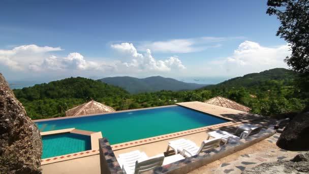 luxusní bazén v horách