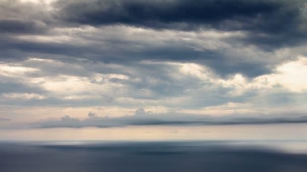 paprsky slunce nad mořem časová prodleva