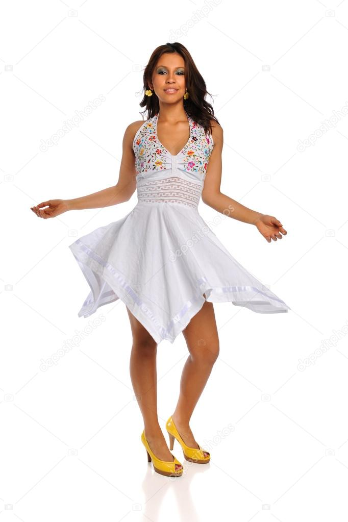 krásná žena latino s bílými šaty — Stock Fotografie © ginosphotos1 ... 087c65df2b0