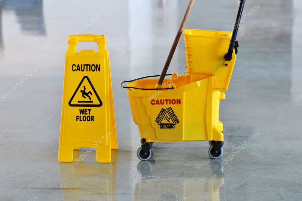 Mop secchio e attenzione pavimento bagnato u foto stock