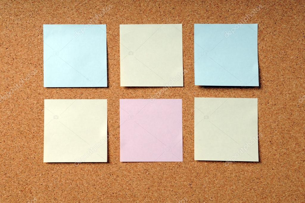 selbstklebende Notizblöcke auf Kork-board — Stockfoto © ginosphotos1 ...