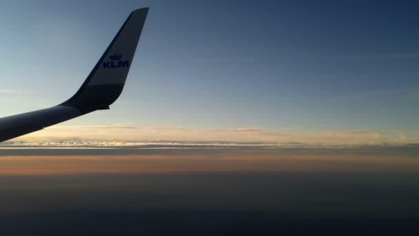 Flugzeug fliegt über den Wolken 12