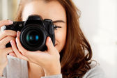 Fotografia bella donna è un fotografo professionista con fotocamera dslr