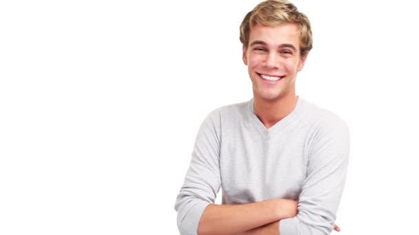 Vonzó férfi mosolyogva és nevetve a fehér háttér