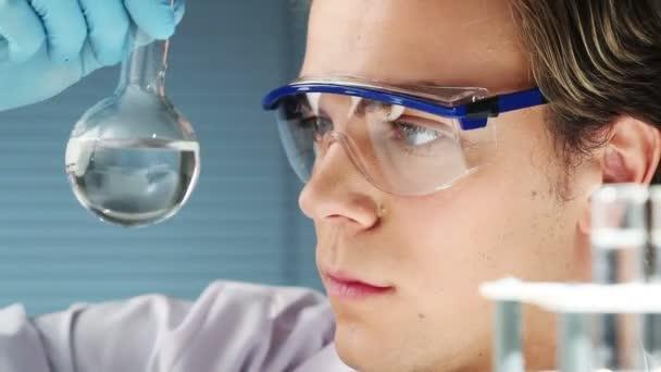mladý vědec v lékařské laboratoři hledání dna