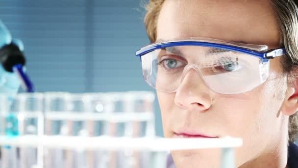 mladý vědec doktor v lékařské laboratoři hledání léku