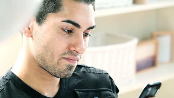 hispánský muž pomocí mobilního telefonu