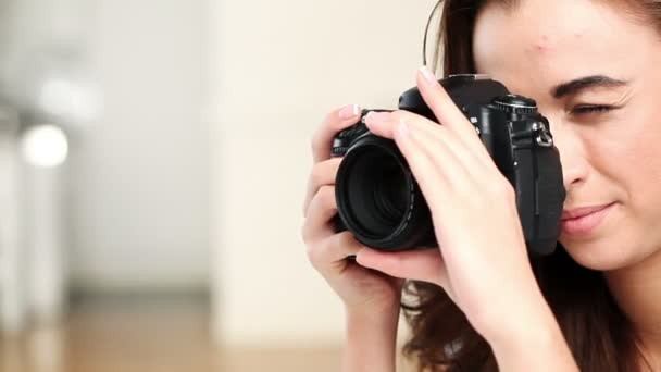 nádherná mladá dospívající dívka using Číslicový slr fotoaparát