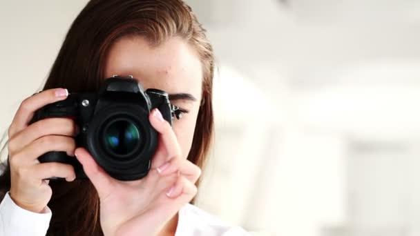 wunderschöne junge Teenager-Mädchen mit digitaler Slr-Kamera