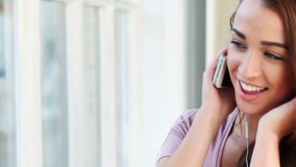 šťastné mladé dospívající dívka poslouchat hudbu na mp3 přehrávači doma