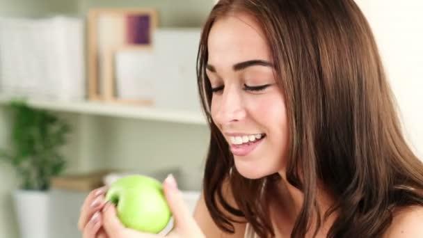 Detailní portrét roztomilá mladá žena jablko