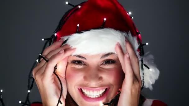 Santa claus kalap-mosolygós barna lány