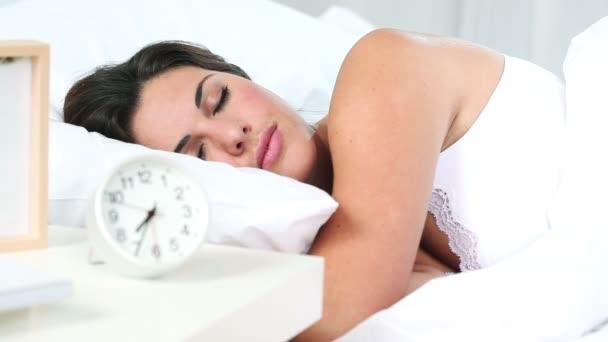 hezká žena probudí v posteli