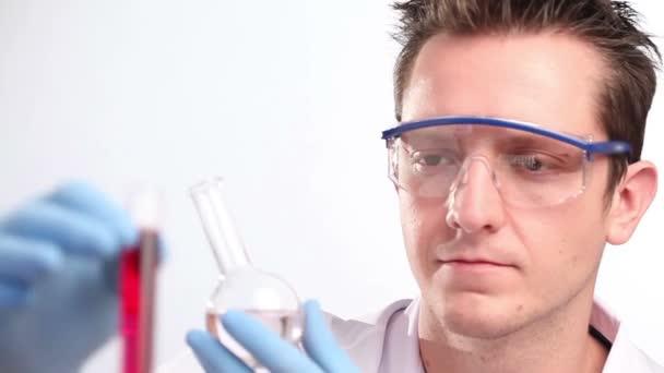 Wissenschaftler mischt Flüssigkeiten im Labor