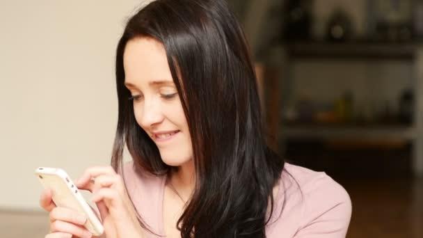 Gyönyörű fiatal nő, Elküldés SMS használ mozgatható telefon