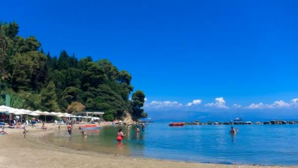 Zeitraffer: Touristen am typischen Strand von Korfu, Griechenland