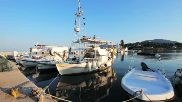 Boote im kleinen Hafen in der Nähe von Vlacherna Kloster, Kanoni, Korfu, Griechenland
