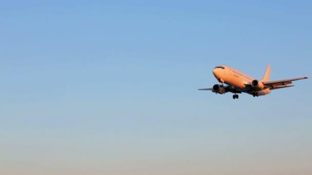 Landung eines Jetime Flugzeugs, Sonnenuntergangsszene, Flughafen Korfu, Griechenland