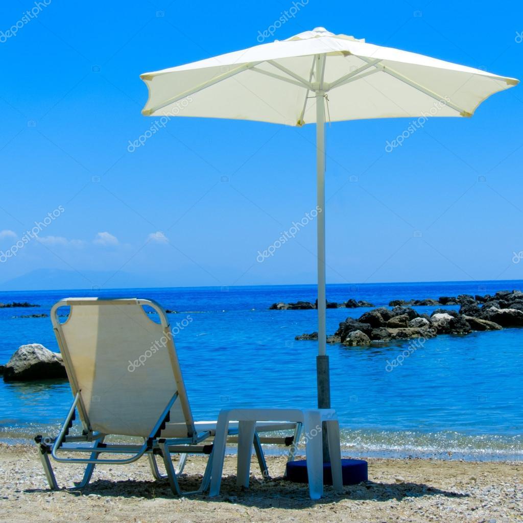 Liegestuhl mit sonnenschirm strand  Liegestuhl und Sonnenschirm am Strand — Stockfoto © Rostislavv #13211020