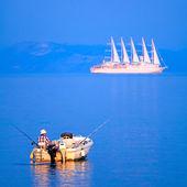 Fischer und Kreuzfahrtschiff in der Nähe von Korfu-Stadt, Griechenland