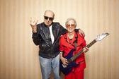 Fotografie super módní starší pár s elektrickou kytaru