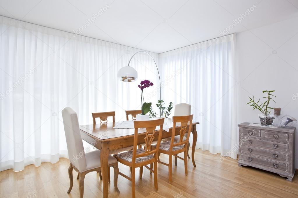 Moderno comedor con cortinas blancas foto de stock for Cortinas blancas comedor