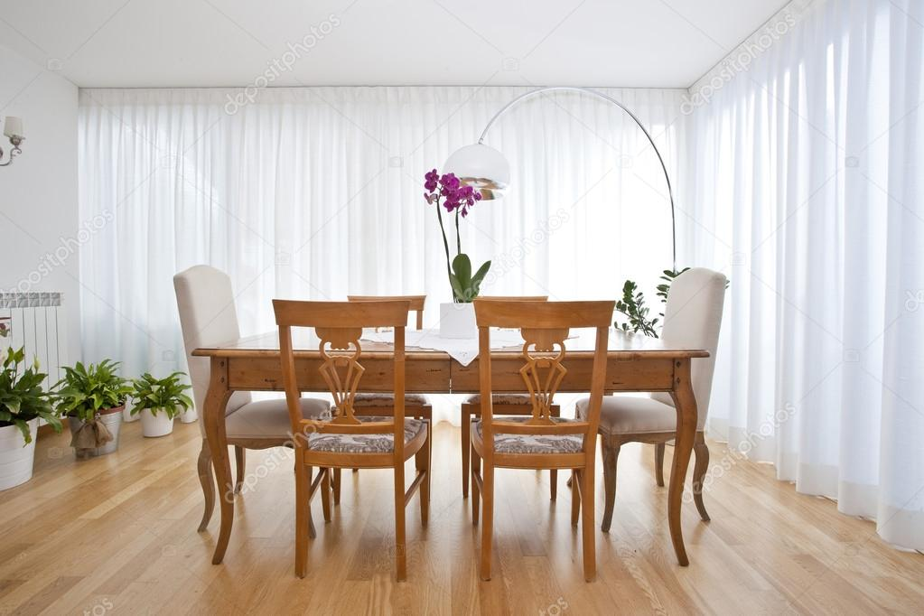 Sala da pranzo moderna con tende bianche foto stock - Tende per sala da pranzo ...
