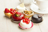 Fotografie jiný druh krásné pečivo, malé barevné sladké koláče