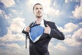 Fotografia giovane imprenditore che agisce come un super eroe e strappare la camicia