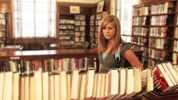 student najde knihu v knihovně