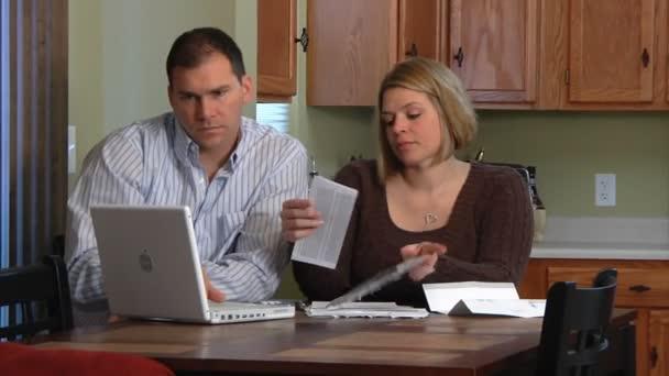 manžel a manželka zoufalý nad účty