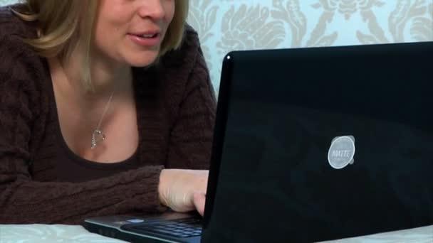 žena používá její laptop v ložnici