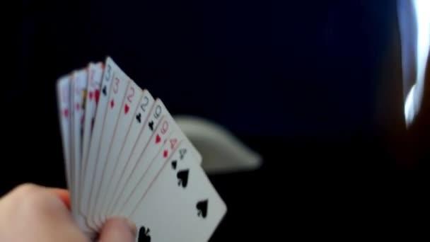 cestující jet čas ubíhá hrací karty v letadle.