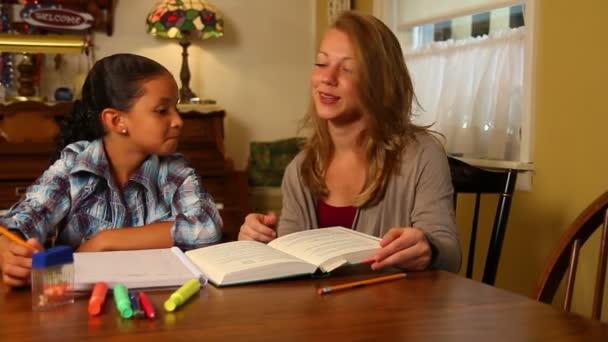 mladá dívka dostane pomoc s její domácí úkoly