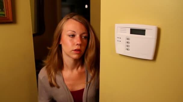 starosti mladá žena rukama její domácí bezpečnostní systém