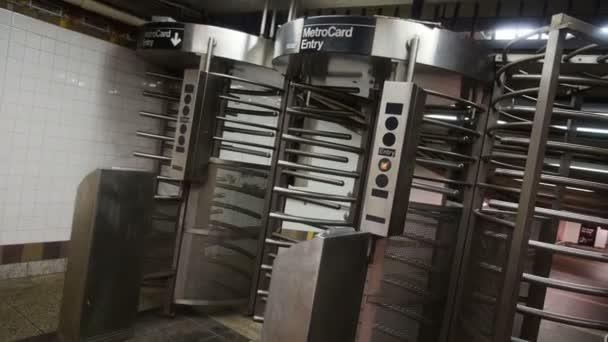 člověk vstoupí do nyc Metro