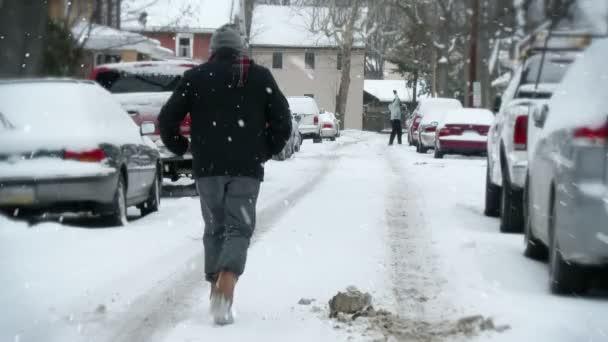 férfi sétál a hóban