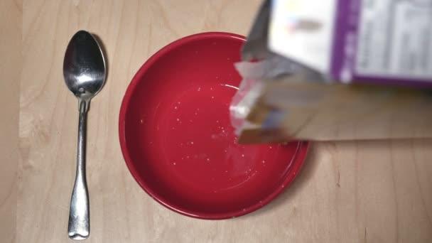 nalévání mléka na cereálie