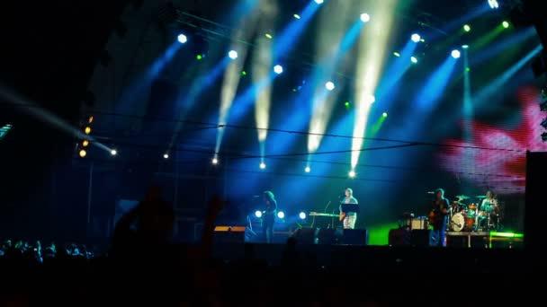 Mumiy Troll élő előadás a rock fesztiválon a legjobb városi