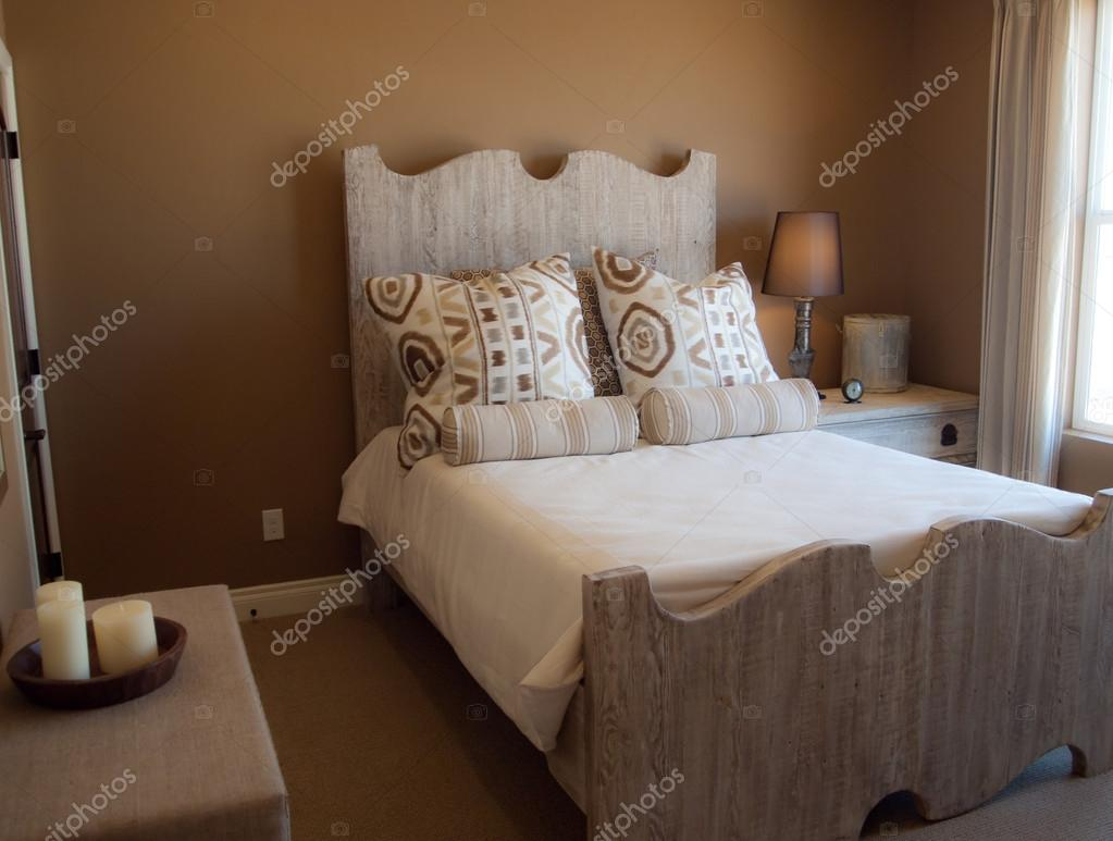 rustieke slaapkamer met bruine muren en houten bed frame — Stockfoto ...