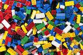 různé plastové hračky cihly