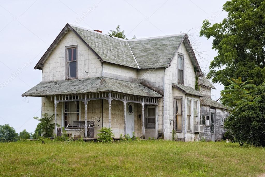 Oud huis met veranda u stockfoto kozzi