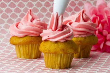 decorating cupcakes with an icing tube
