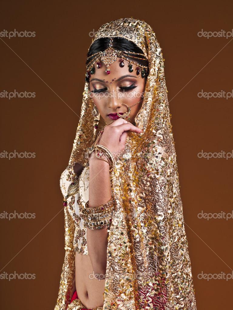 krásná mladá žena v indické svatební šaty — Stock Fotografie ... 5b7c0165478