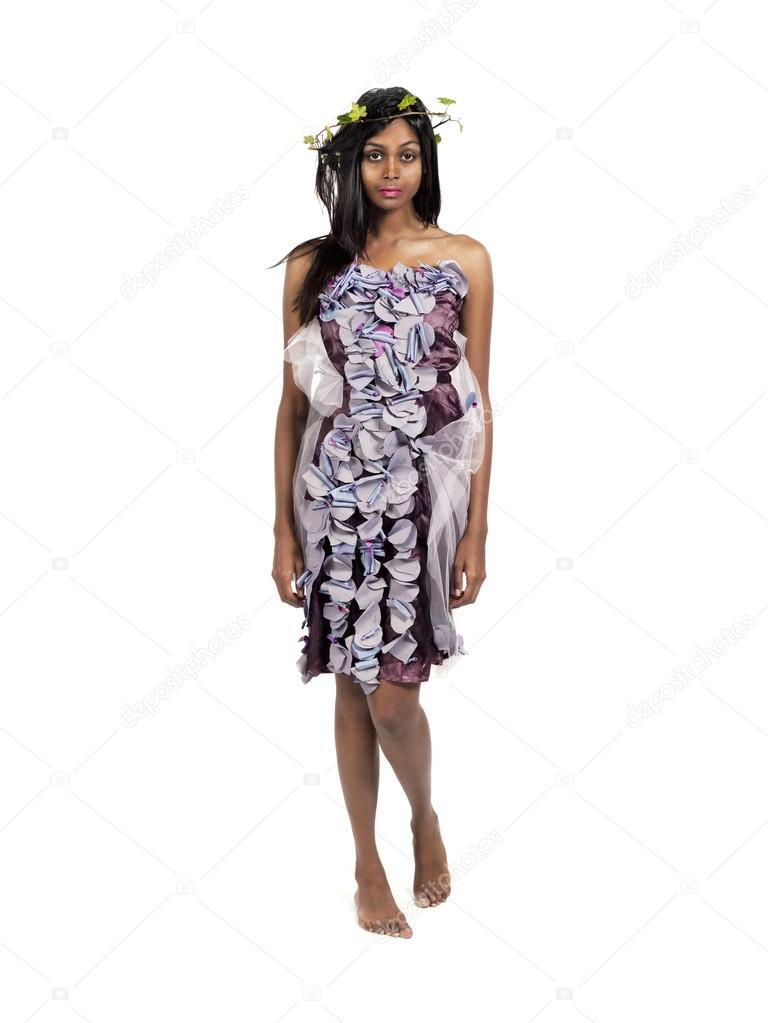 180559d3779f γυναίκα στο κομψό κοστούμι και φύλλα τιάρα — Φωτογραφία Αρχείου ...